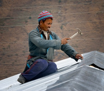 nepal-worker-on-roof