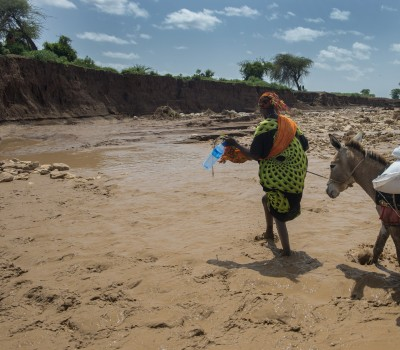 A woman cross the flooded valley with food aid. Gerbile village is hit by drought. And now flooding. The dry soil is not able to absorb the rain, and the flooding destroy the landscape in Fafan zone, Somali region